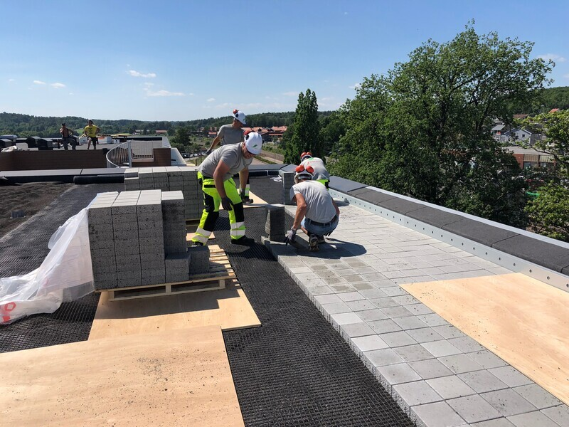 Urban Space on Roofs is one of the concrete results of the research work Storm Aqua has been involved in. The roof is covered with light concrete blocks, on top of a layer of draining crushed Leca. This roof is in Lilleborg. Sola Hage & Anlegg did the work.