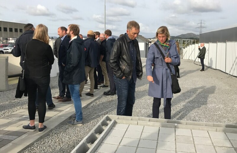 The photo was taken at a visit on the testfield, at Multiblokk, during Klimatilpasningsdagene 2017. The concrete blocks in the right corner is an example of a new methods for delaying storm water on roofs, in combination with a roof garden. The solution has the Norwegian name Urbant uterom.
